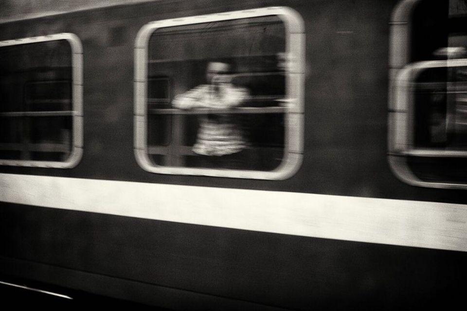 Unscharfes Bild einer Person am Zugfenster