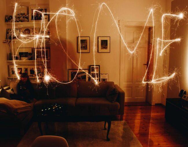Schriftzug HOME mit Lightpainting in ein Zimmer gemalt