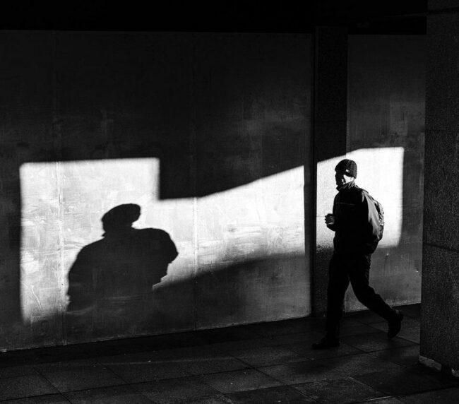 Mensch läuft auf einer Straße
