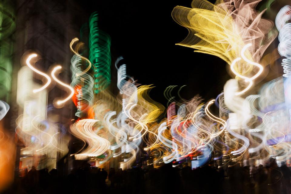 Lightpainting auf einer beleuchteten Straße