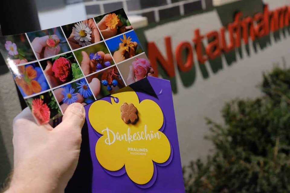 Foto zum mitnehmen mit Danke-Scjokolade vor der Notaufnahme