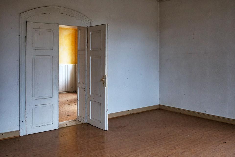 zum Treppenhaus geöffnete Tür