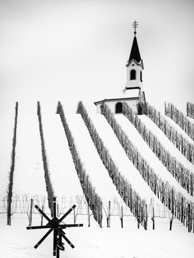Kirche auf einem Schneebedeckten Weinberg