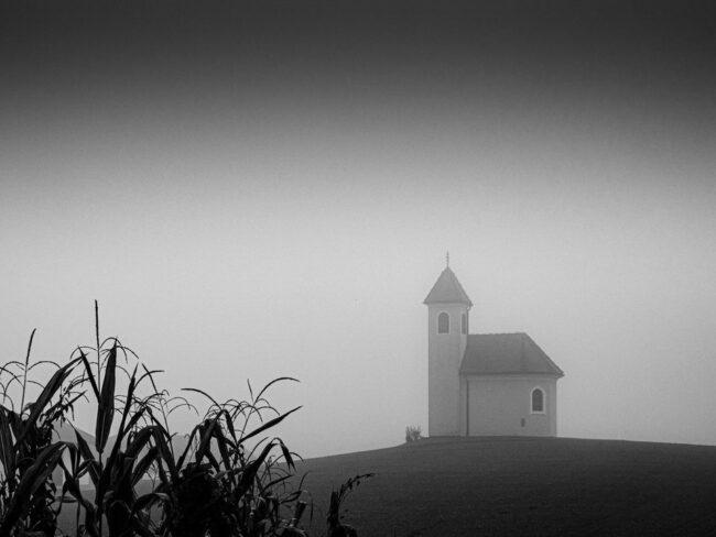 Kirche im Hintergrund