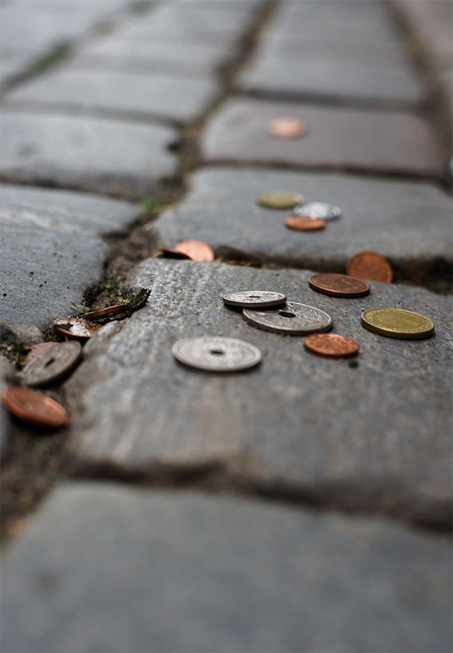 Geld auf einem Kopfsteinpflaster