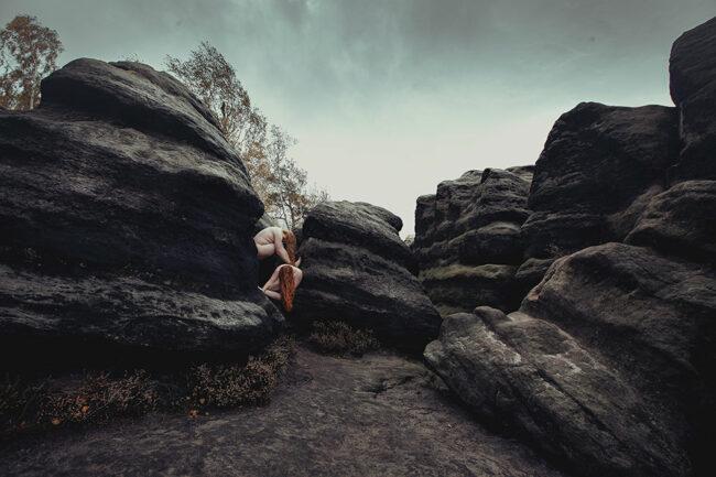 Zwei anckte Körper zwischen Felsen
