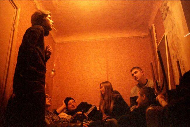 Gruppe von Menschen in einem kleinen Raum