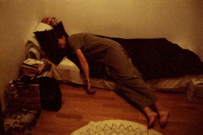 Person liegt auf einem improvisierten Bett