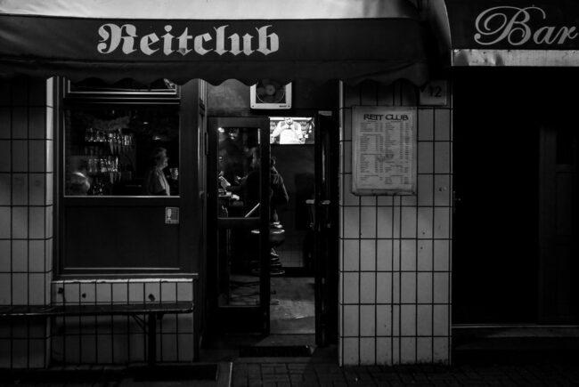 Schwarzweißbild einer Bar von außen