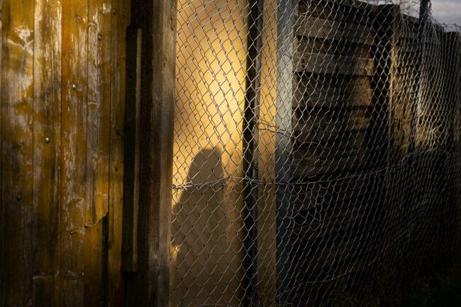 Zaun mit Licht und Schattenspielen