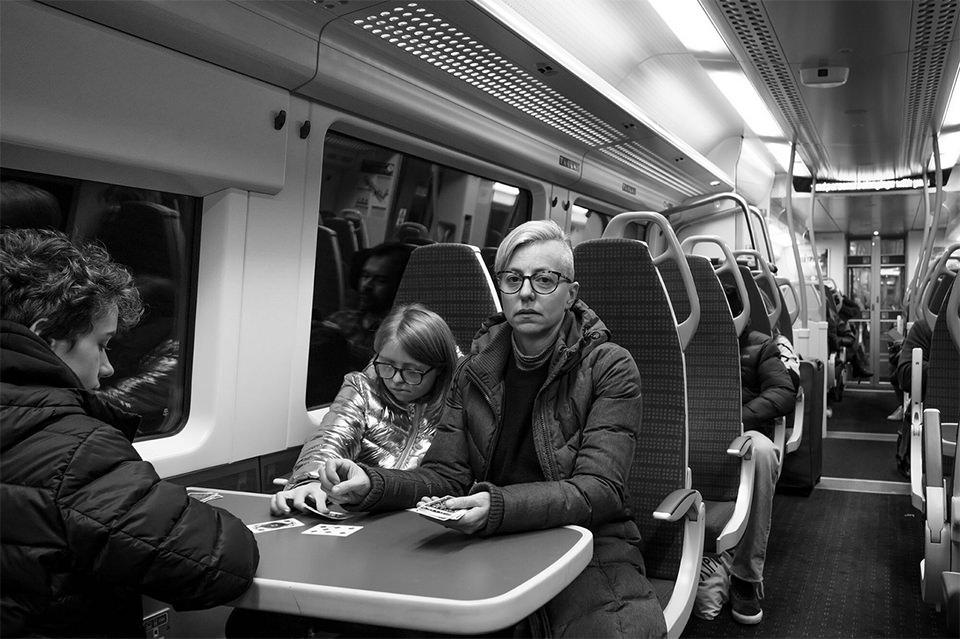 Frau und Kind im Zug
