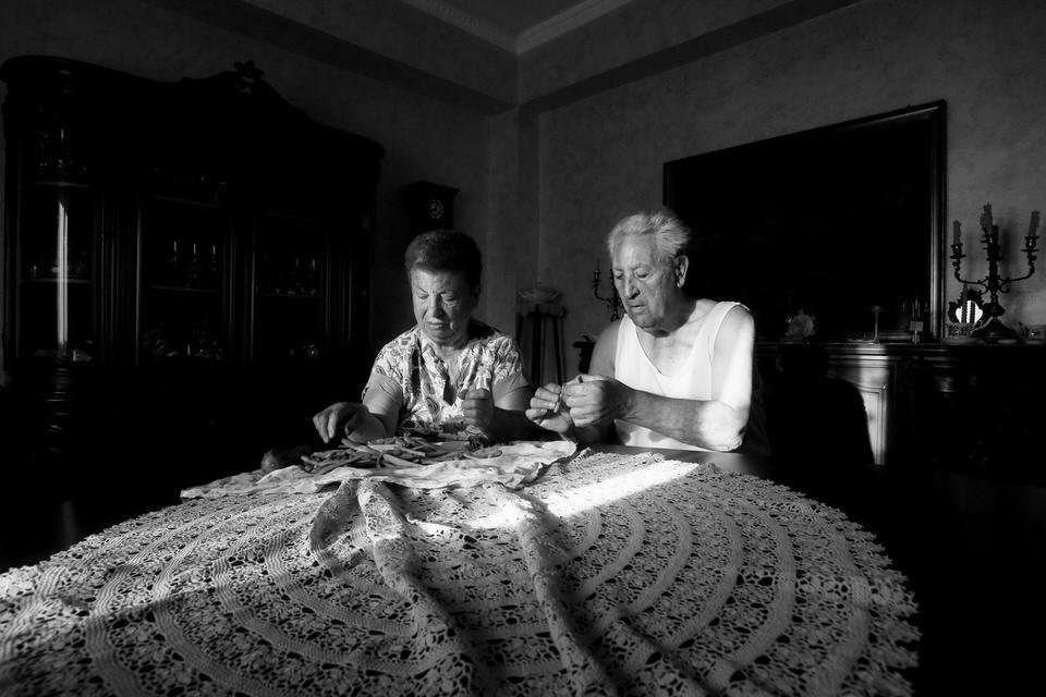 Paar an einem Tisch