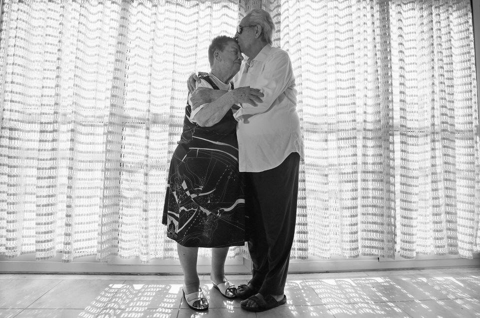 Tanzendes Paar vor einem Fenster