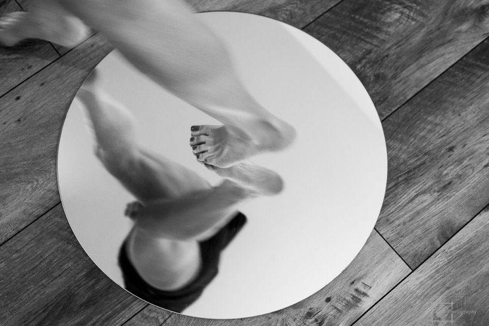 Beine laufen über einen Spiegel