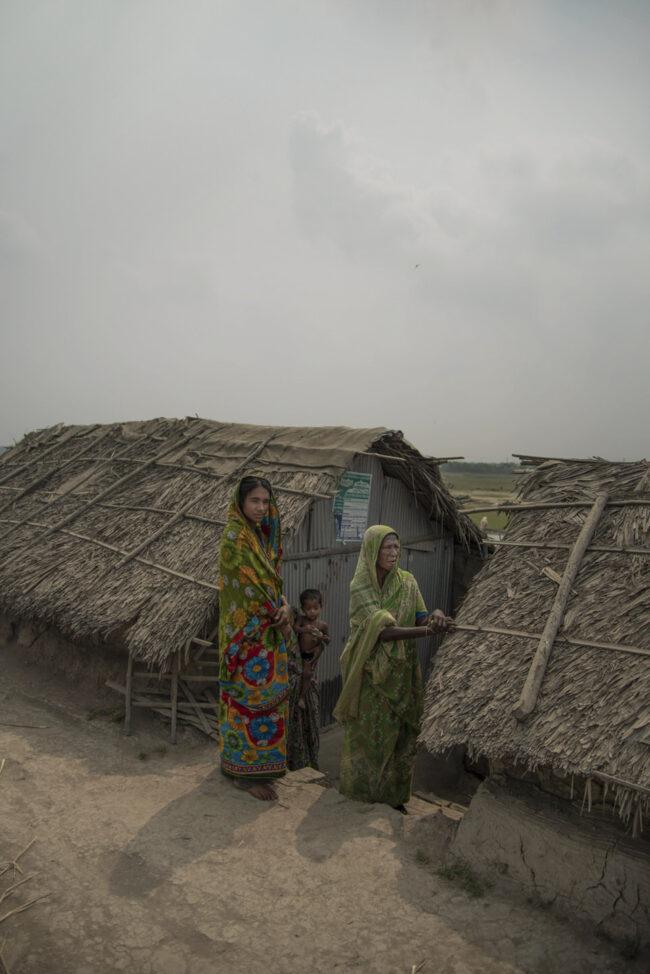 Zwei Frauen vor Hütten
