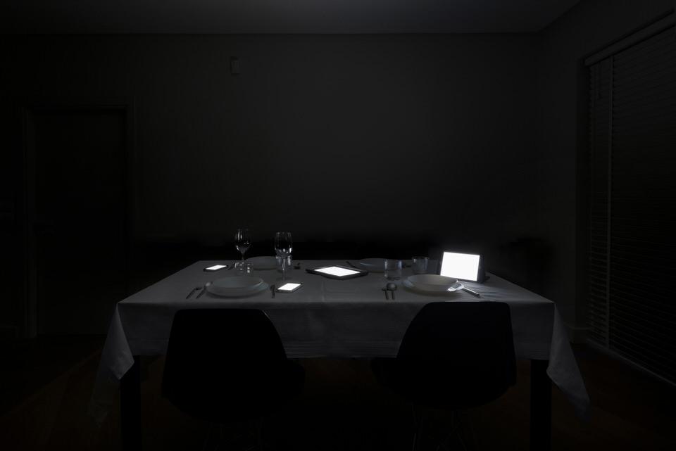 Gedeckter Tisch voller Monitore