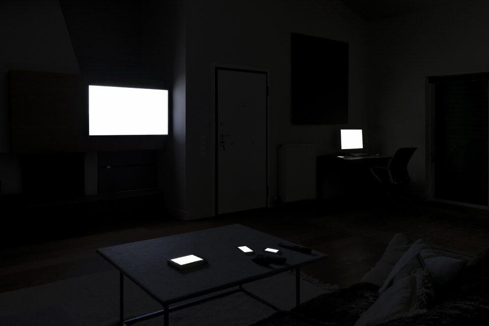 Dunkles Wohnzimmer mit sehr hellen Monitoren