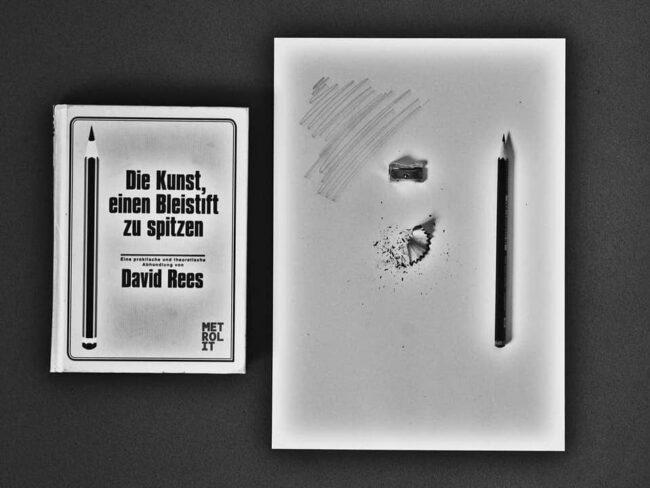 Buch und Blatt mit gespitzten Stift