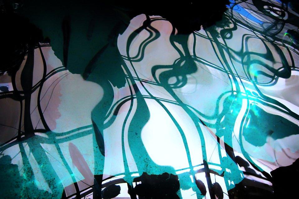 abstrakte Spiegelung in blau