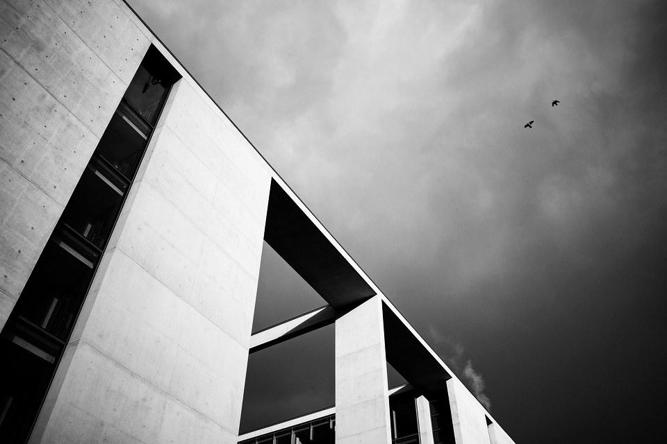 Architektur vor Himmel mit zwei Vögeln