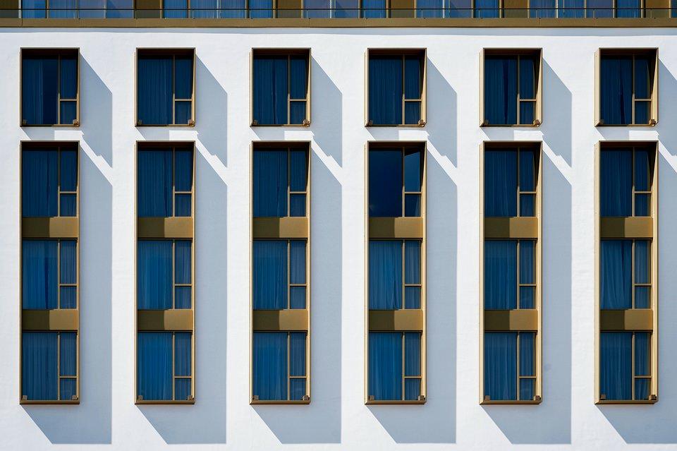 Schatten an Fenstern einer Fassade