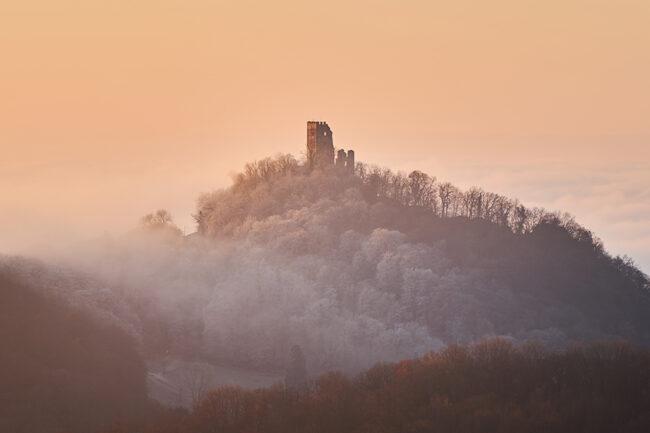 Eine Burg auf einem nebligen Hügel