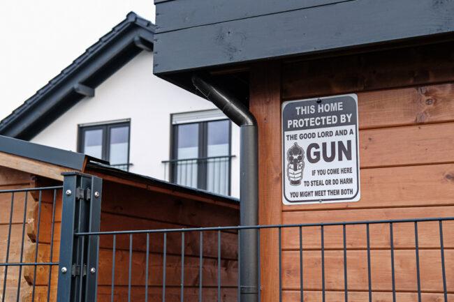 Hauswand mit Warnschild