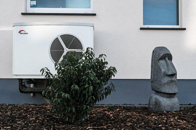 Vorgarten mit Klimaanlage und Figur der Osterinseln