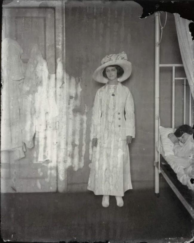 Eine Frau steht steif in einem Zimmer