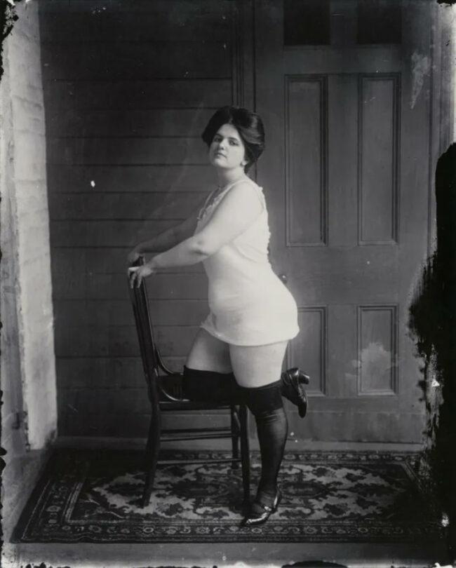 Eine Frau posiert in Unterwäsche auf einem Stuhl