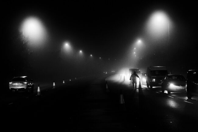 Autobahnbaustelle nachts bei Nebel