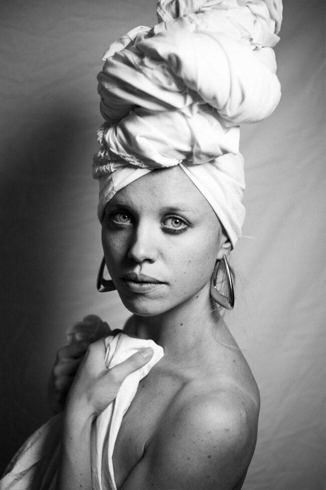 Frau mit Handtuch auf dem Kopf