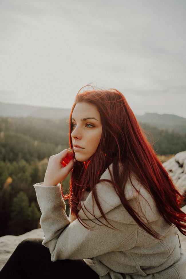 Frau sieht auf eine Landschaft