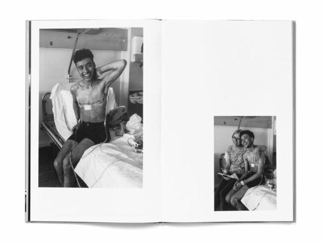 Aufgeschlagenes Buch zeigt eine Person im Krankenhaus mit Narben an der Brust