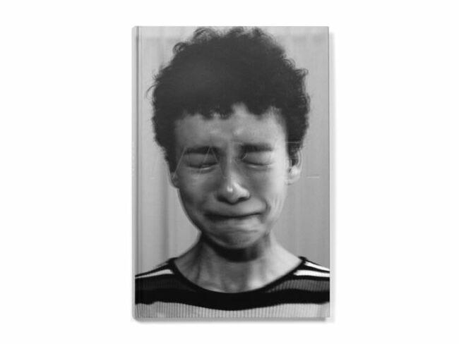 Buchcover zeigt eine weinende Person