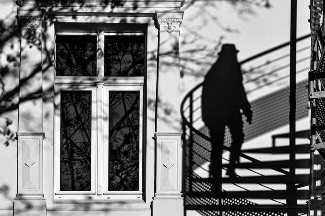 Hauswand mit Fenster und Schattenspiel