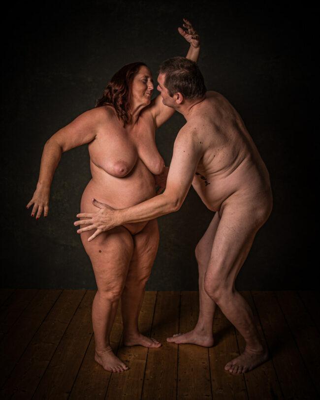 Zwei nackte Menschen