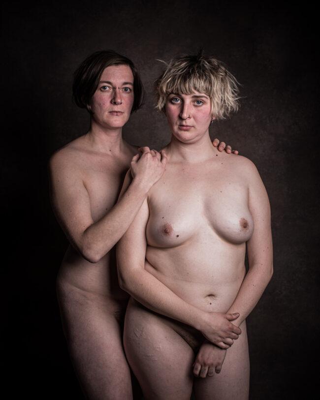 Zwei Frauen posieren nackt