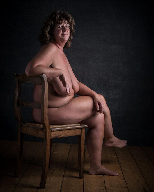 Nackte Frau auf einem Stuhl