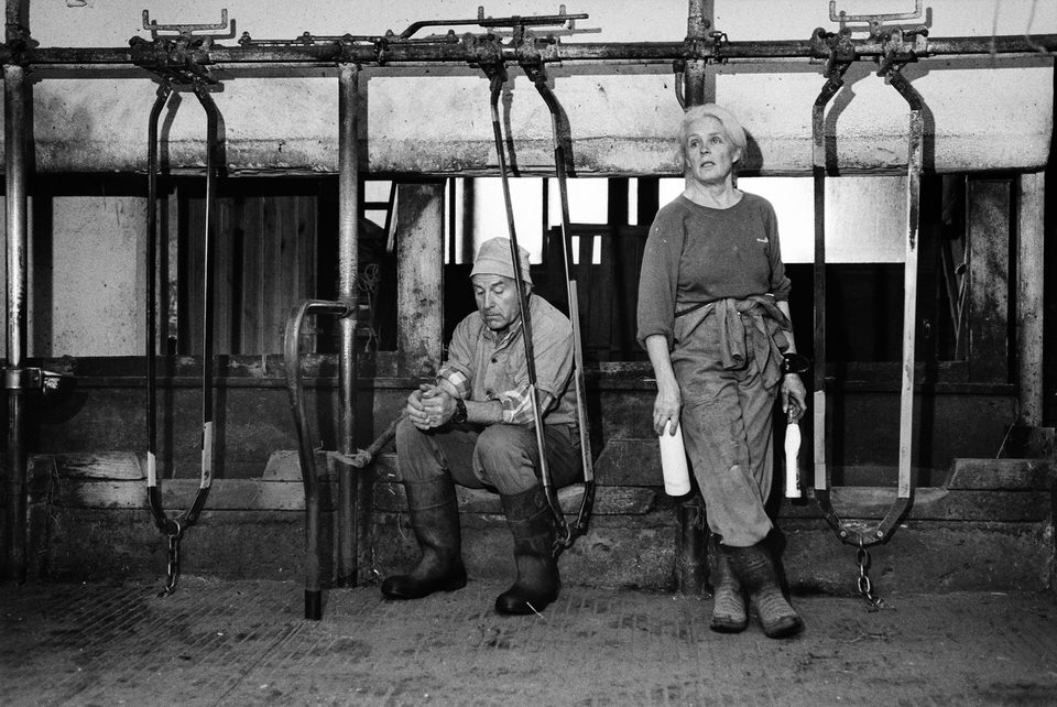 Zwei Menschen in einem leeren Stall
