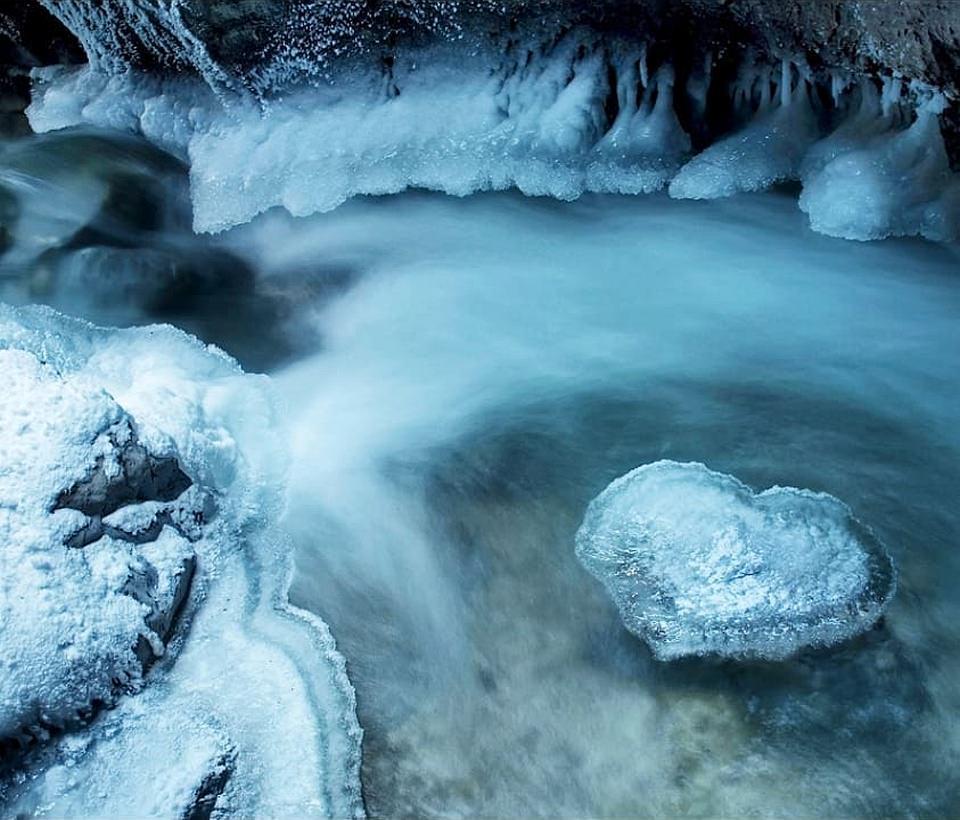 Bachlauf mit Eisformationen am Ufer