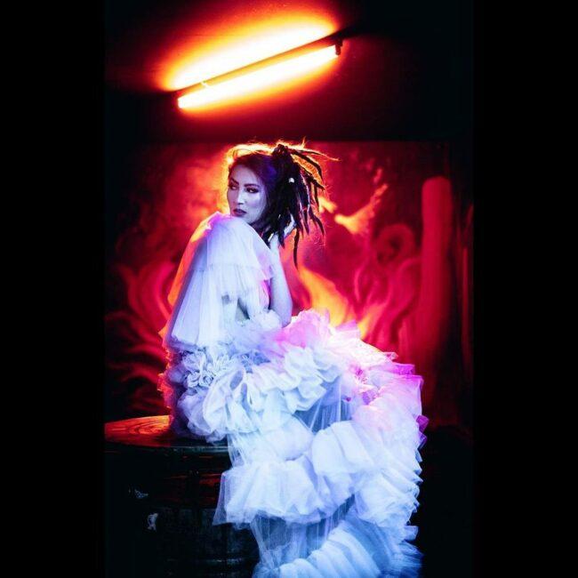 Portrait mit wallendem Kleid und buntem Kunstlicht