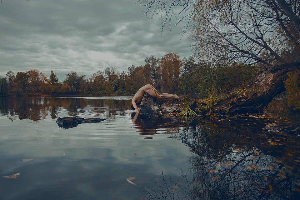 Akt auf einem Stein am Ufer