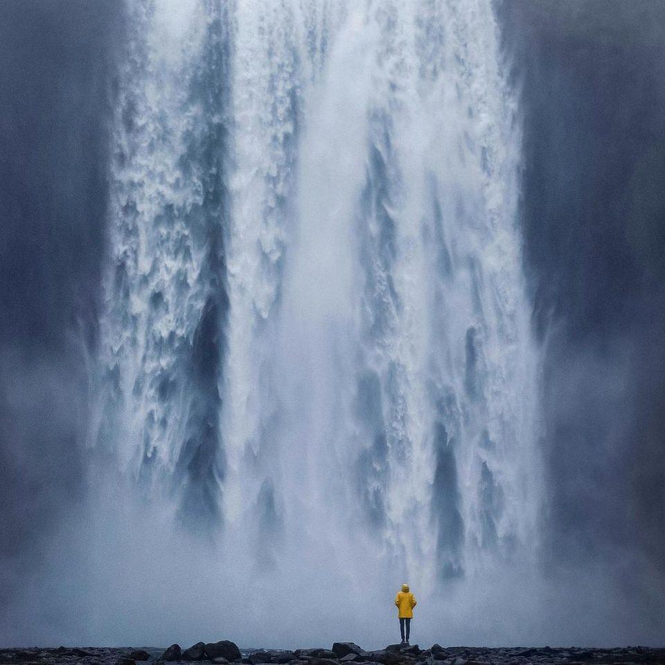 Person vor Wasserfall