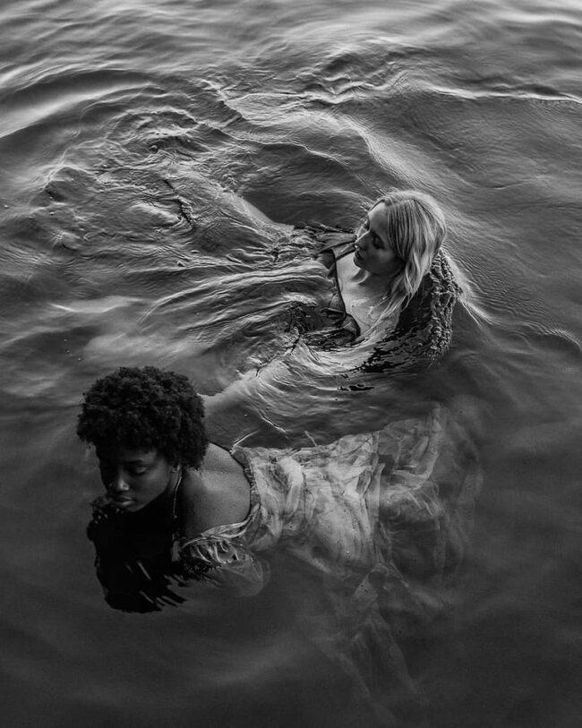 zwei Personen im Wasser