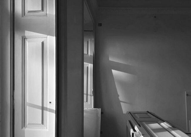 Licht- und Schattenspiel zwischen Türen