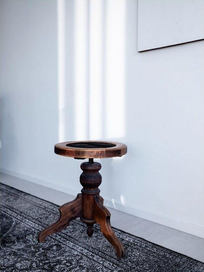 Tisch vor einer Wand mit Lichtstreifen