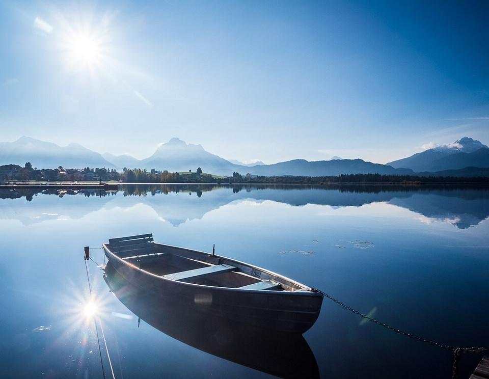 Boot liegt am Ufer im Wasser