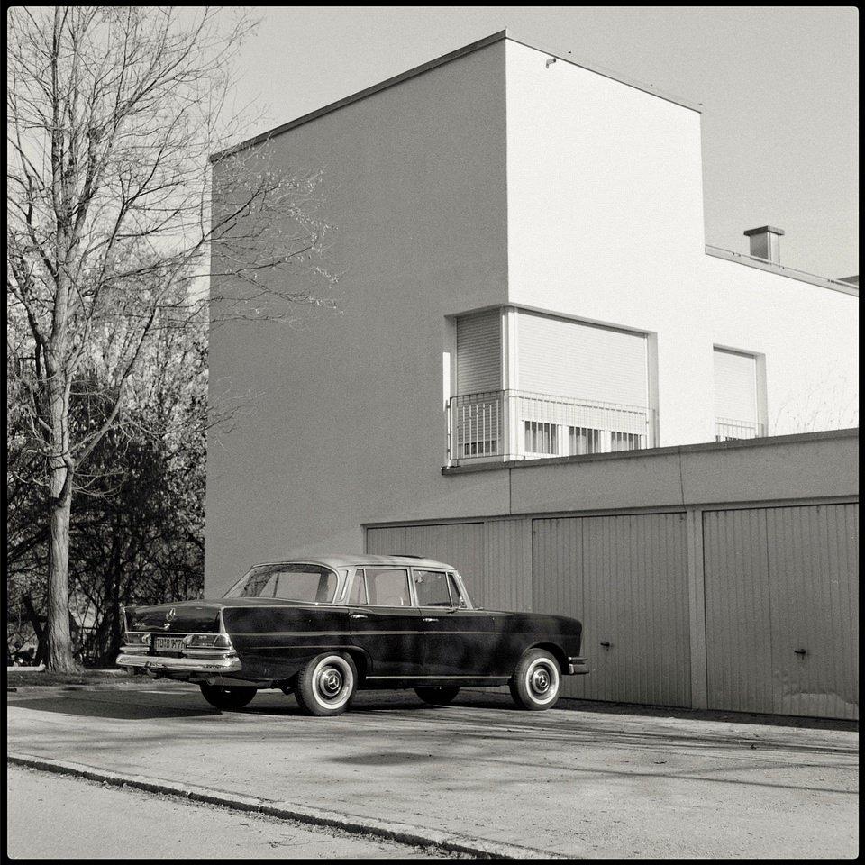 Auto steht vor der Garage an einem Haus