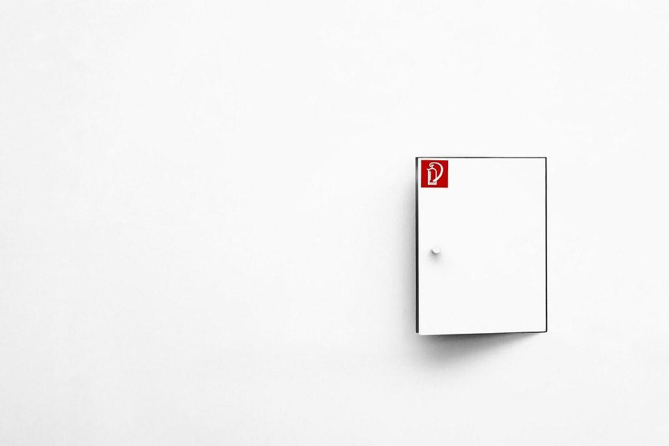 Tür in weißer Wand